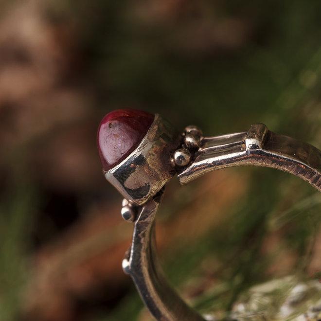 Robijn ring 'Insetto' gezet in 925 zilver