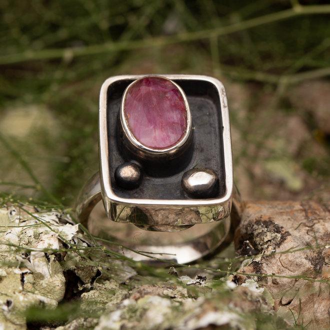 Robijn ring 'Artem' gezet in 925 zilver rechthoekige vorm