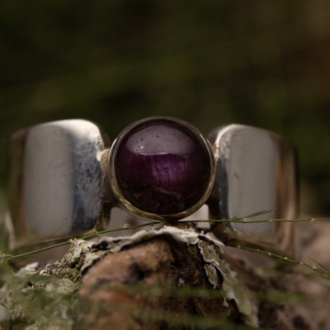 Robijn ring 'Ovalis' gezet in 925 zilver