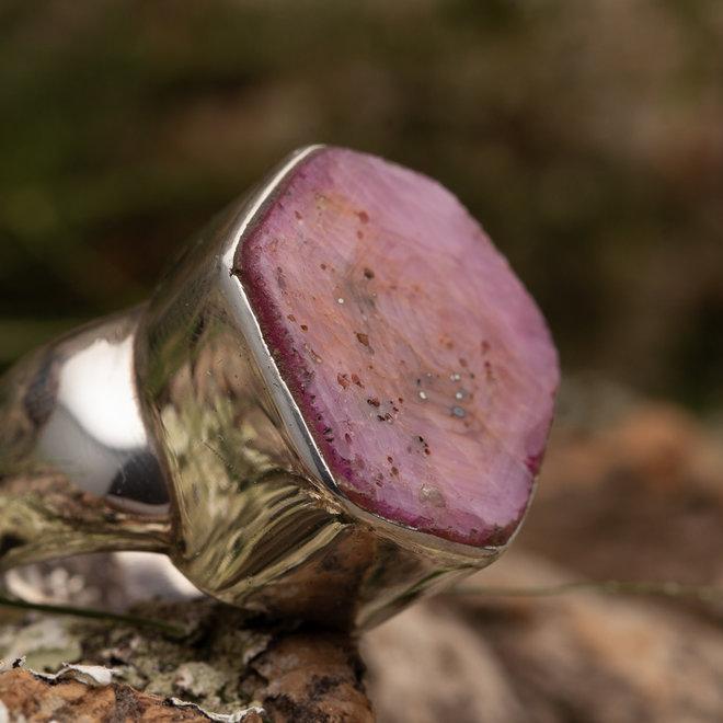 Robijn ring gezet in 925 zilver in zeshoekige vorm