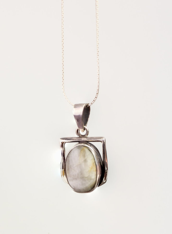 Saffier hanger 'Ovalibus' gezet in 925 zilver ovalen vorm
