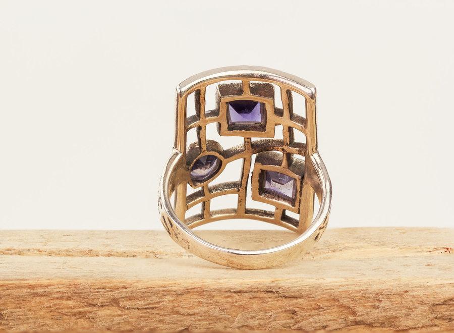 Ioliet ring 'Tribus' gezet in 925 zilver met 3 stenen