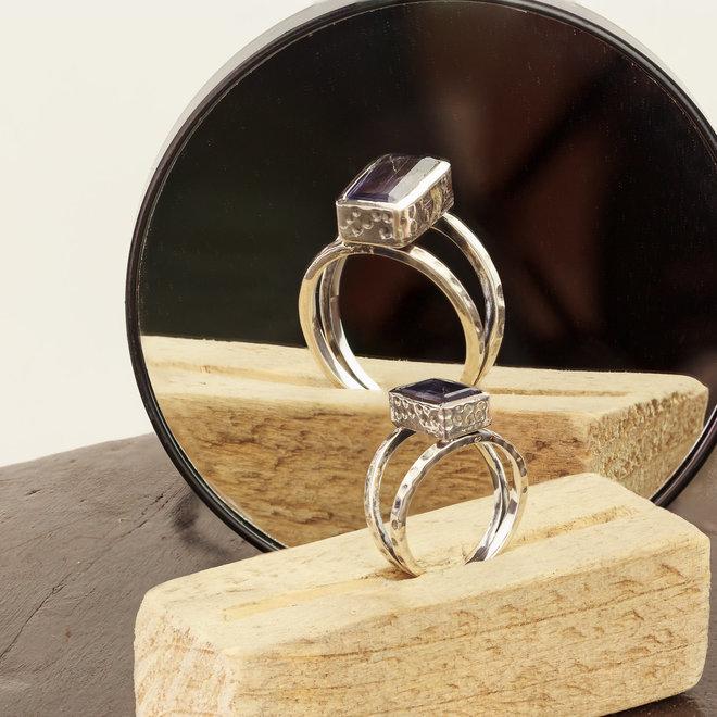 Ioliet ring 'Rectangulum' gezet in 925 zilver
