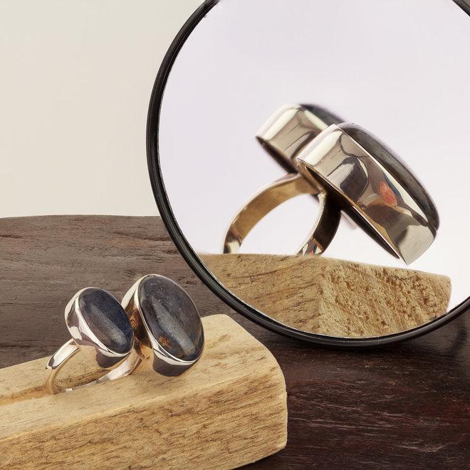 Saffier ring 'Duo' gezet in 925 zilver met twee stenen uit eigen atelier