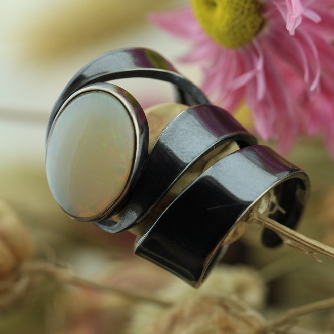 Australische opaal Lightning Ridge blacksilver ring 'Curvus' gezet in blacksilver uit eigen atelier