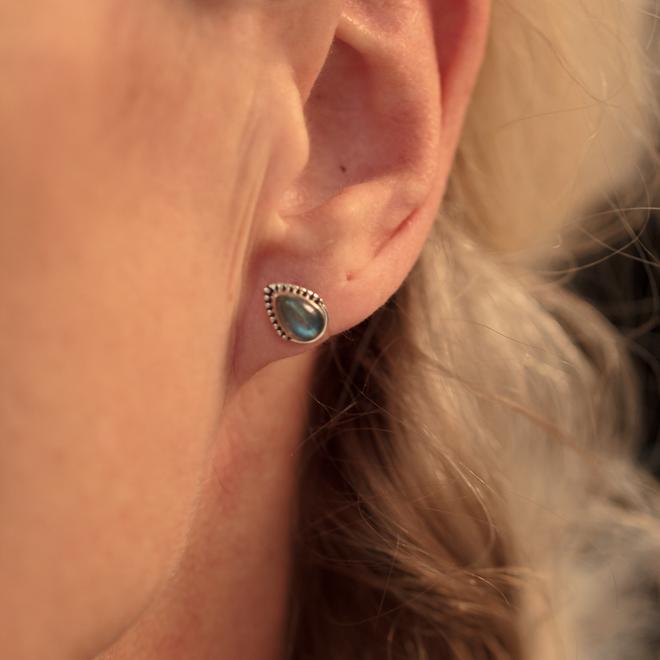 Massief zilveren oorknopjes met Labradoriet