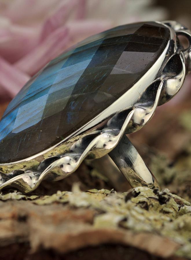 Prachtige ring met facet geslepen labradoriet in gedraaide zilveren zetting