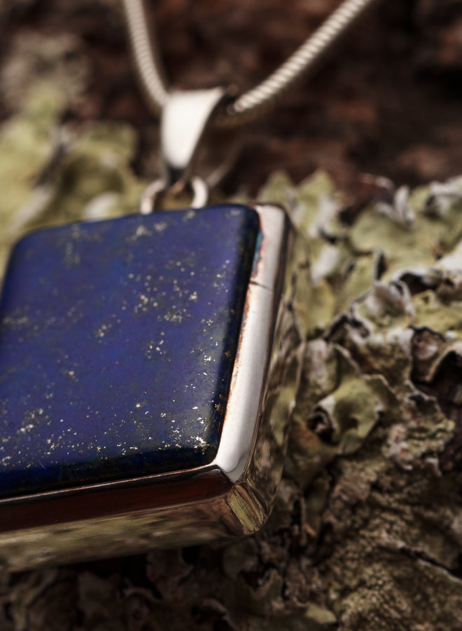 """Lapis Lazuli hanger """"Lazulum"""" gezet in 925 zilver uit eigen atlier"""