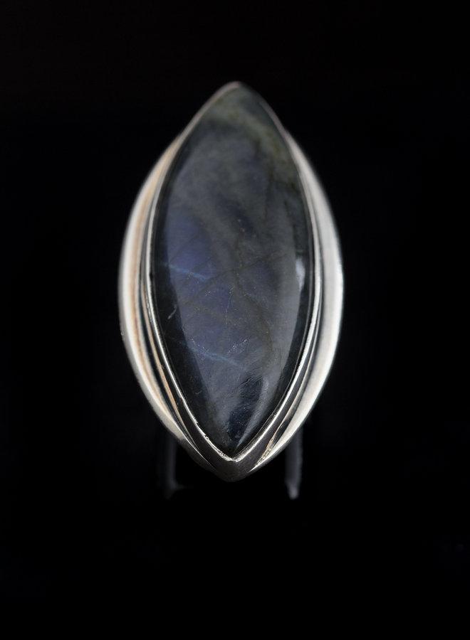 Labradoriet ring 'Marquise' gezet in 925 zilver