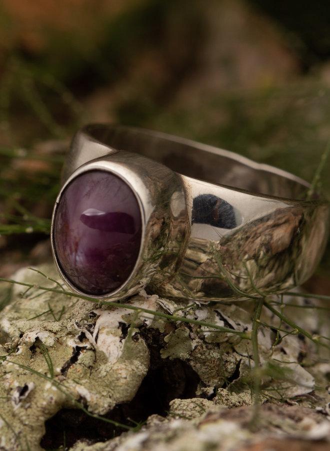 Robijn Ring 'Kurand' Sterrobijn is gezet in 925 zilver