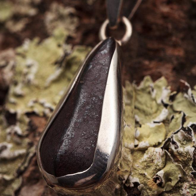 Hanger Sugiliet 'Lavuliet' gezet in 925 zilver uit eigen atelier