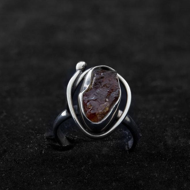 Sierlijke ring met granaat uit eigen atelier