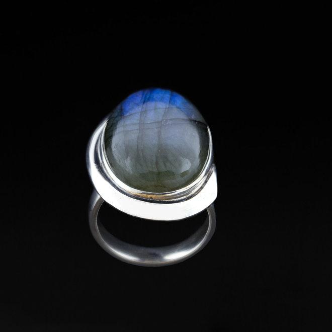 Labradoriet ring 'Skjegg', uit eigen atelier, gezet in 925 zilver