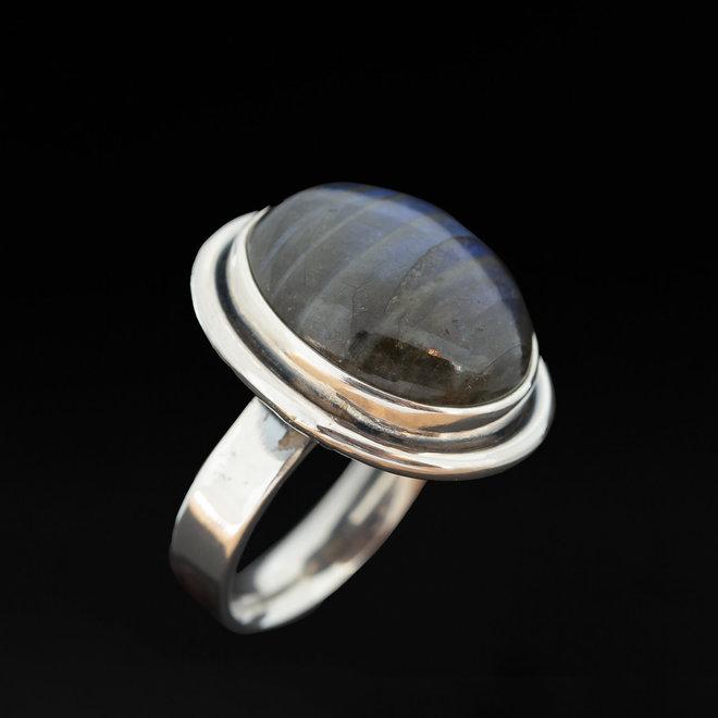 Labradoriet ring 'Sfære', gezet in massief 925 zilver uit eigen atelier