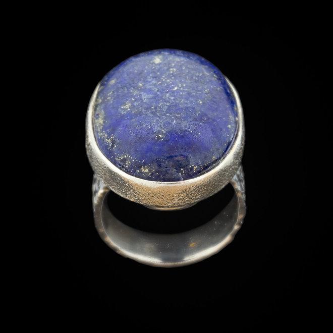 Lapis lazuli ring 'Gowy', gezet in 925 zilver uit eigen atelier