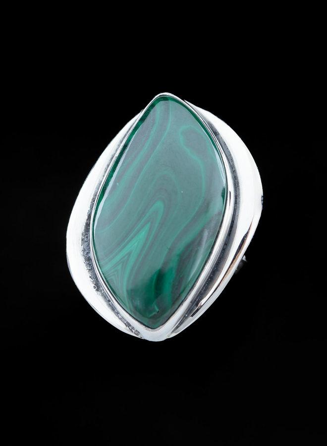 Malachiet ring 'Miranda' gezet in 925 zilver uit eigen atelier