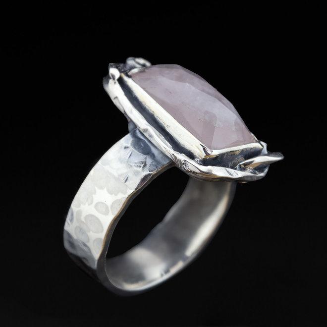 Rozenkwarts ring 'Rectangle', uit eigen atelier, gezet in 925 zilver