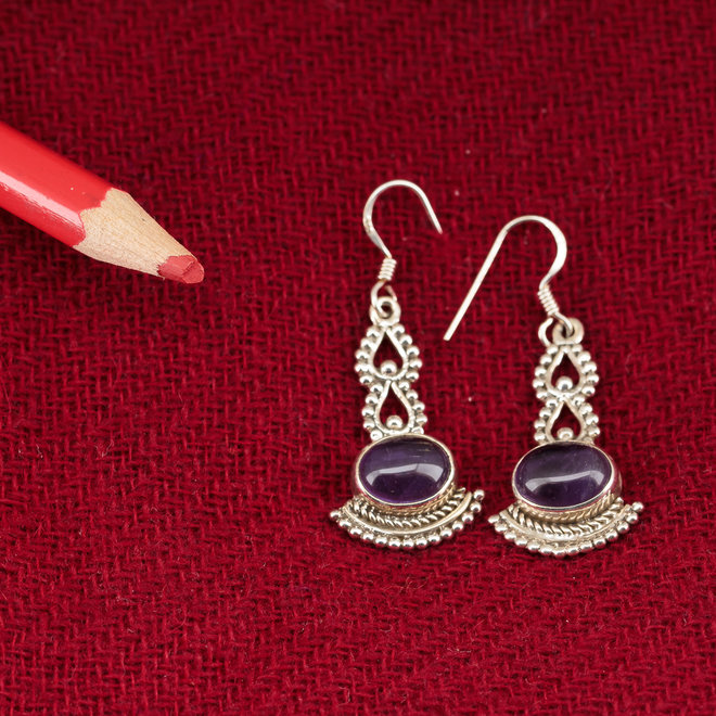 Amethist oorbellen 'Krpaalu', gezet in 925 zilver uit atelier in India