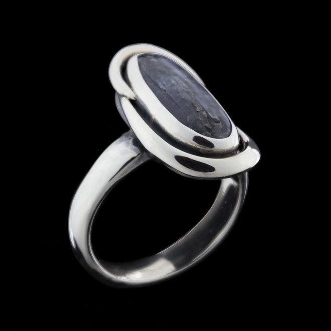 Kyaniet ring 'Tails', gezet in 925 zilver uit eigen atelier
