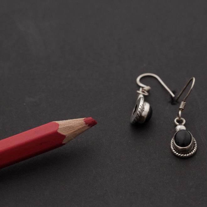 Onyx oorhangers 'Anu', gezet in 925 zilver uit atelier in India