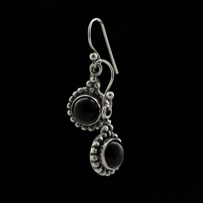 Onyx oorhangers 'Aitne', gezet in 925 zilver uit atelier in India