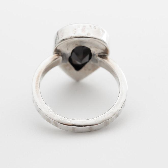 Onyx ring 'Aditi', in 925 zilver uit eigen atelier