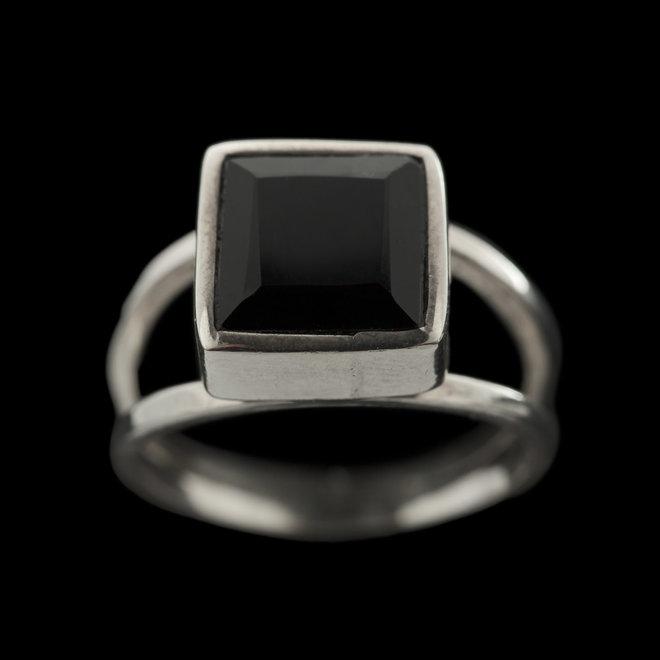 Onyx ring 'Durga', zet in 925 zilver uit atelier in India