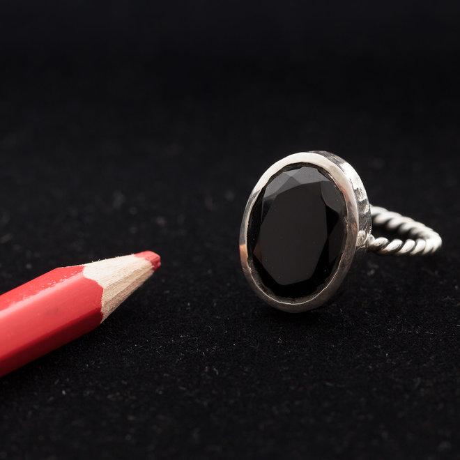 Onyx ring 'Eris', gezet in 925 zilver uit atelier in India