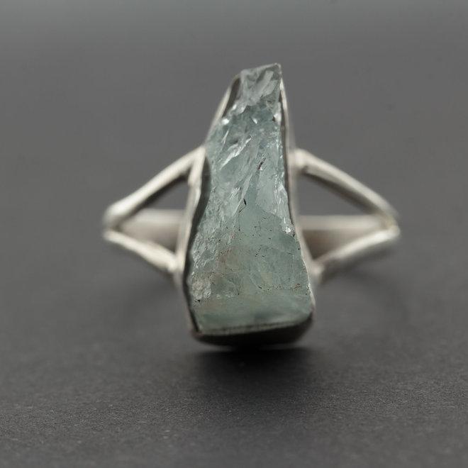 Ruwe aquamarijn ring 'Nero', gezet in 925 zilver uit eigen atelier