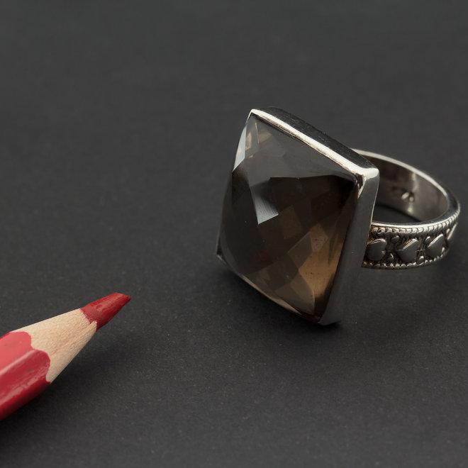 Rookkwarts ring 'Dagda', gezet in 925 zilver uit atelier in India