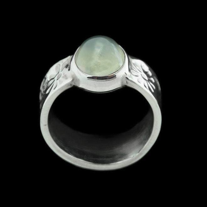 Prehniet ring 'Naiade', gezet in 925 zilver uit eigen atelier