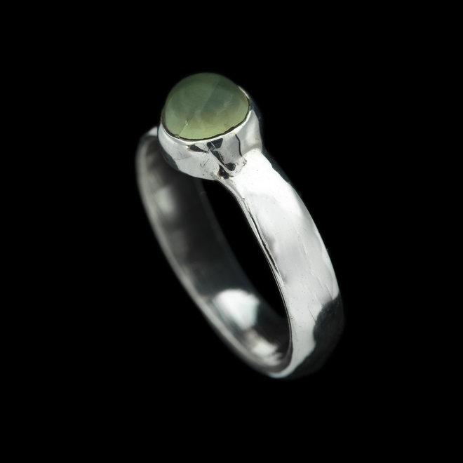 Prehniet ring 'Tyche', gezet in 925 zilver uit eigen atelier