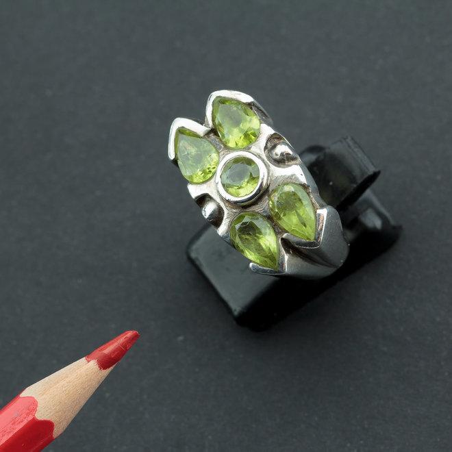 Olivijn peridot ring 'Tiffany', gezet in 925 zilver uit atelier in India