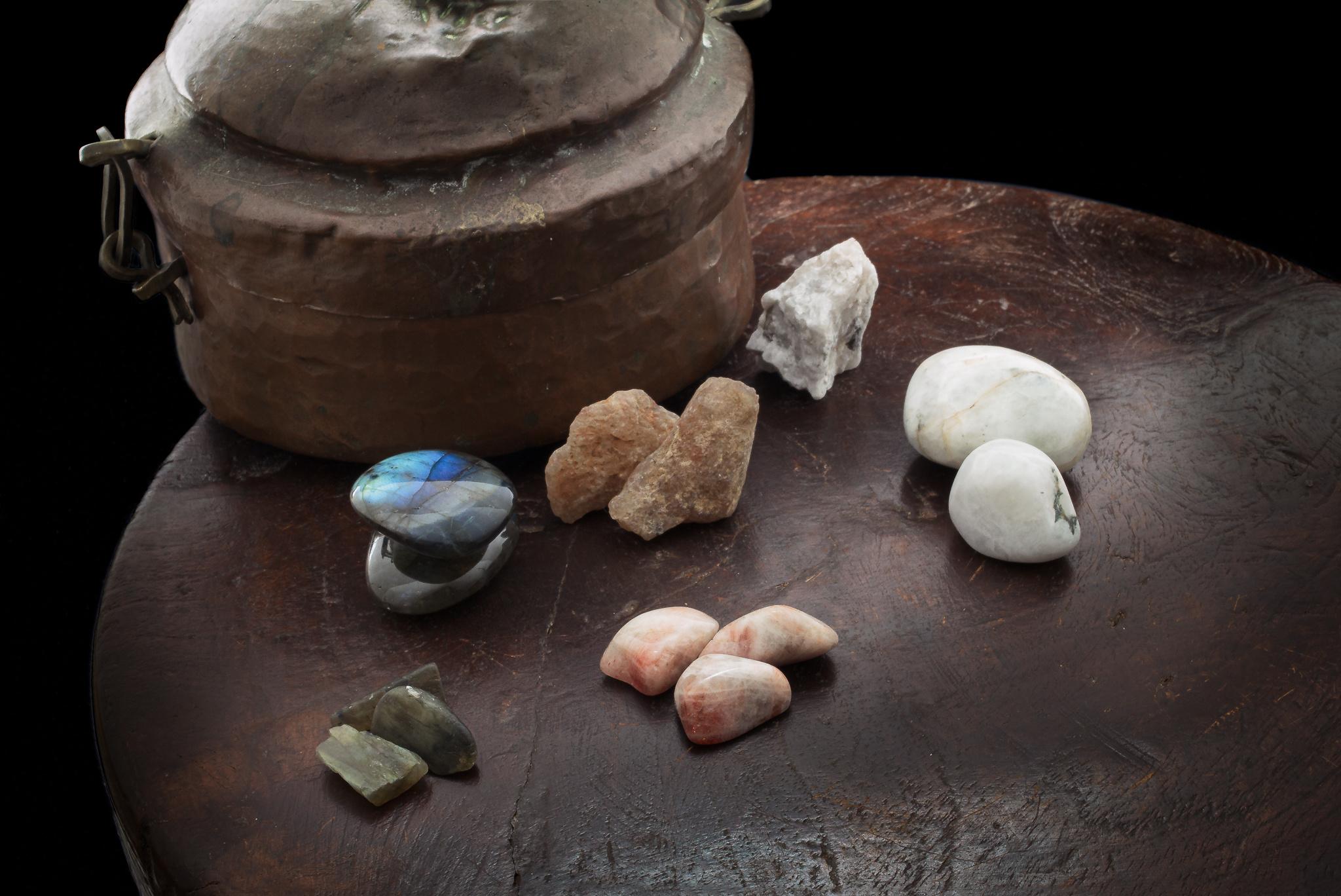 veldspaat edelsteen: labradoriet, zonnesteen en maansteen