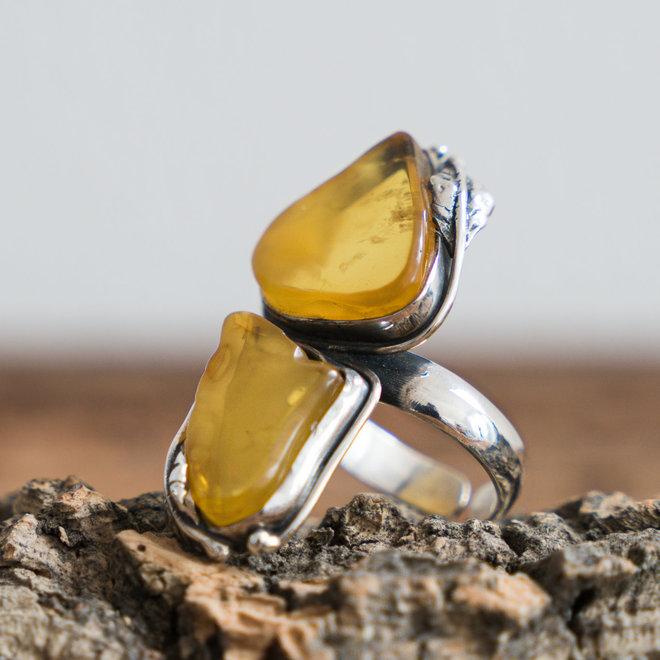 Barnsteen ring 'Minae' gezet in 925 zilver uit eigen atelier