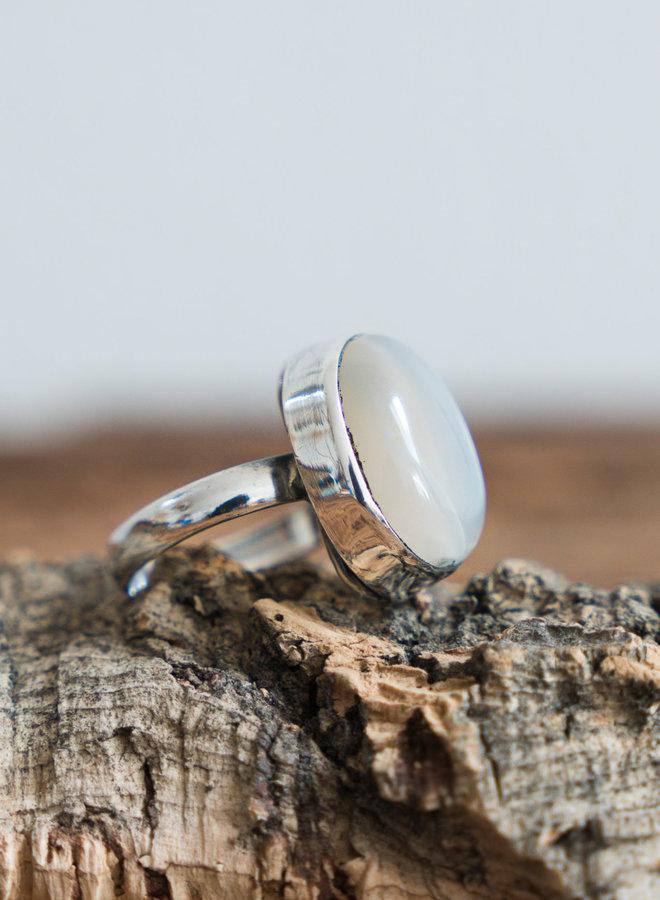 Maansteen ring 'Sunna' gezet in 925 zilver uit eigen atelier