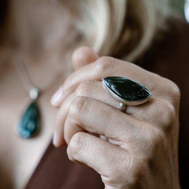 Heliotroop ring 'Zvenja', gezet in 925 zilver uit eigen atelier