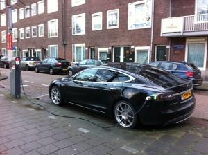Tesla Model S aan laadpaal