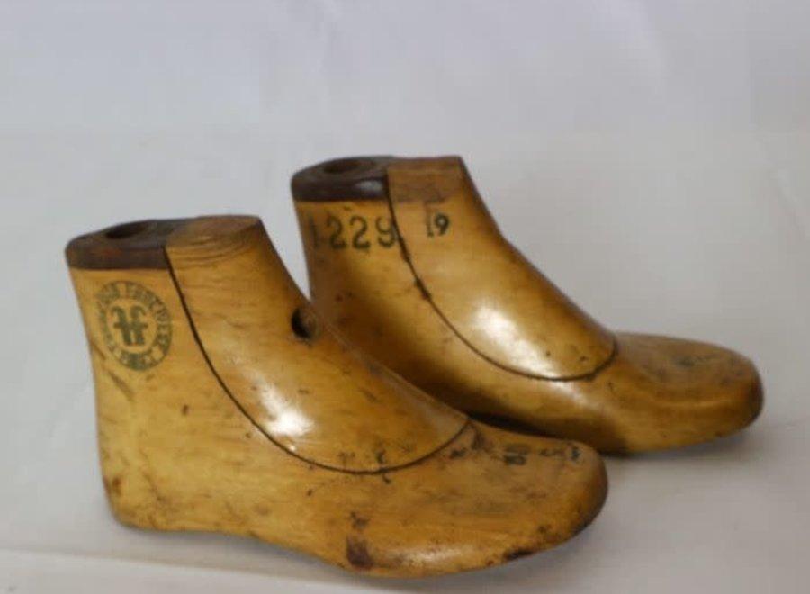 Paar houten schoenvormen maat 19