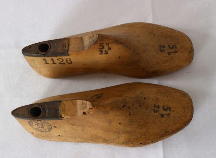 Paar houten schoenvormen maat 25
