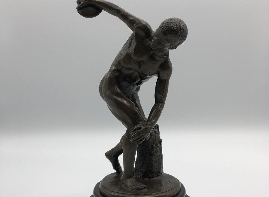 Bronzen beeld naar de antiquiteit op een marmeren sokkel