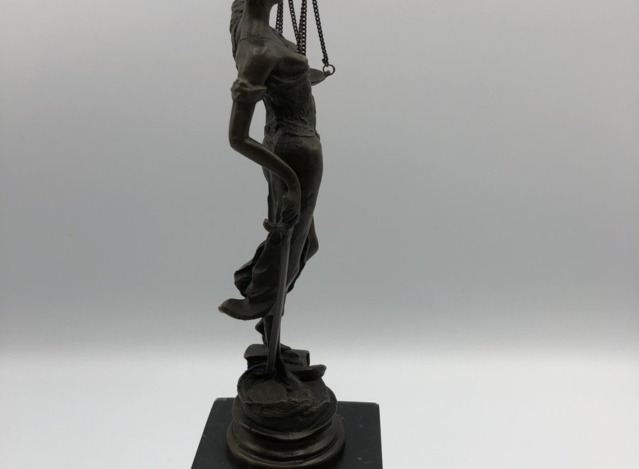 Bronze statue after antiquity on marble block