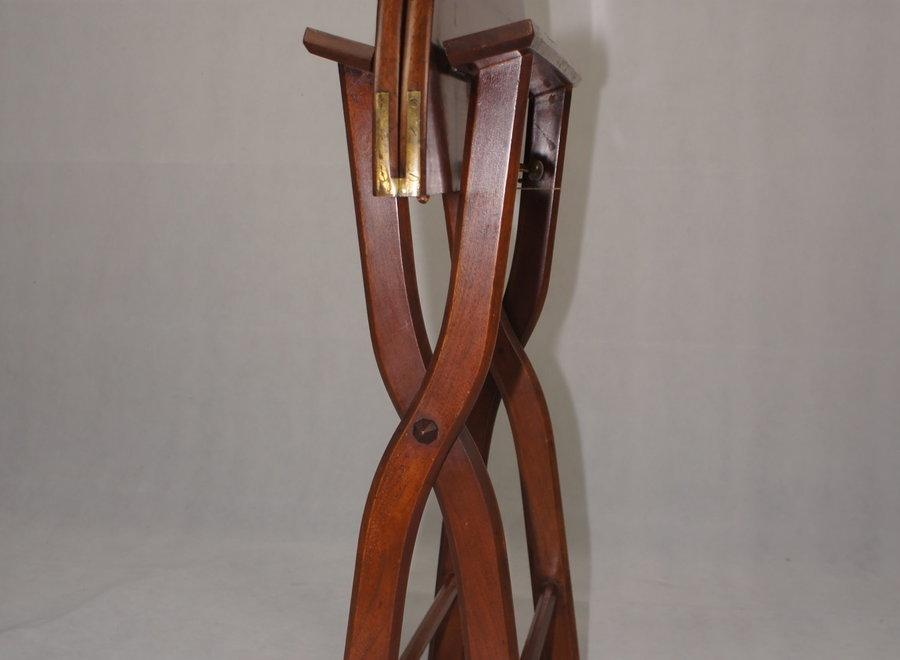 Bijzettafel komt uit de UK en dateert van eind 19 ° eeuw