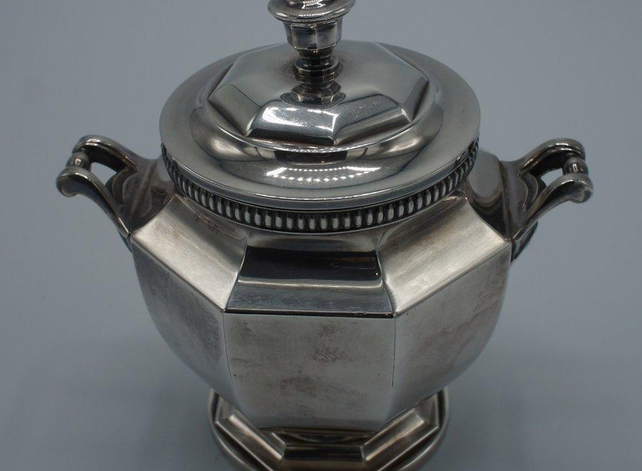Verzilverde theeset bestaande uit theekan, melkkan en suikerpot