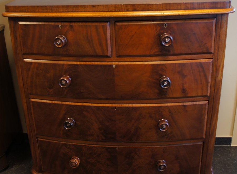 Bowed front Victorian chest of drawers in flamed mahogany - End of 19th Century