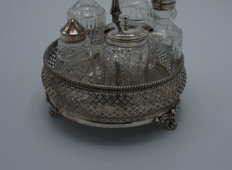 Antieke, verzilverde  houder met 5 glazen flessen voor specerijen en olie