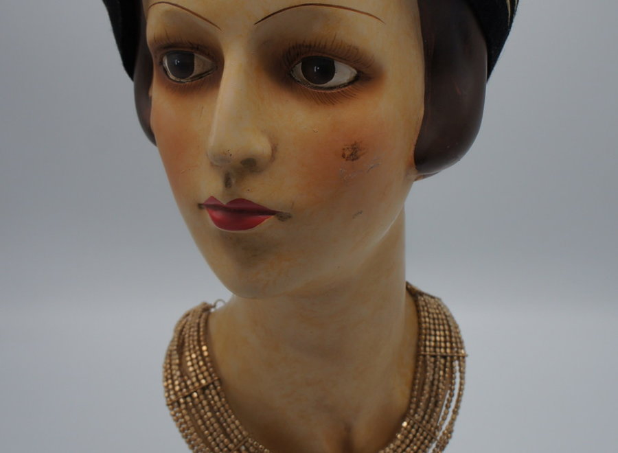 "Paspop ""La Parisienne"" incl. bijhorend hoedje en halsketting"