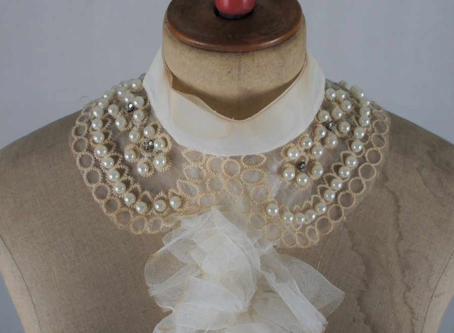 """Very elegant mannequin with wasp waist from the """"Vendôme"""" brand"""