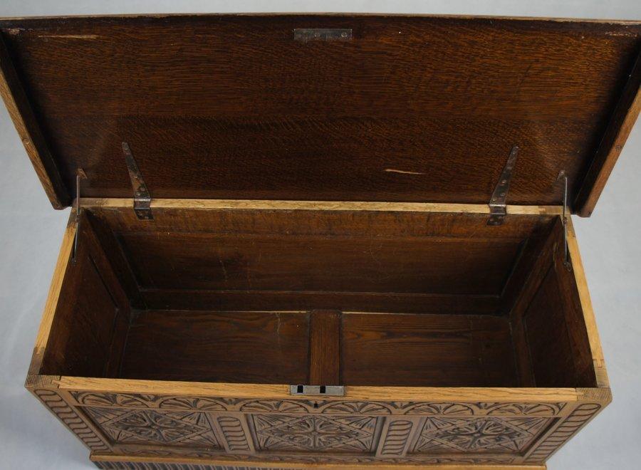 Mooie oude antieke koffer met prachtig snijwerk