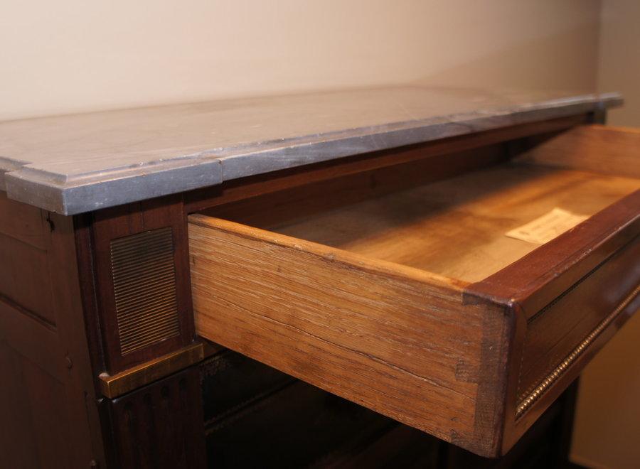 Deze cartonnière werd in vol hout en leder afgewerkt i.p.v. karton